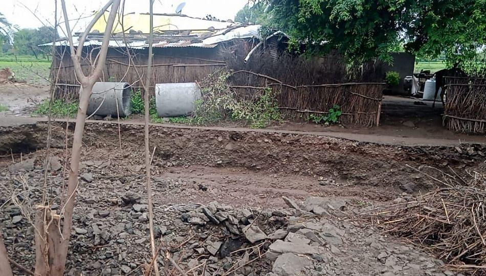 मुसळधार पावसाने परभणीतील गणपूर गावाचा मुख्य रस्ता गेला वाहून