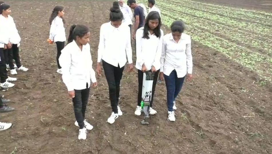 कौतुकाची थाप ! शेतकऱ्यांच्या मुलींनी तयार केले पेरणी यंत्र