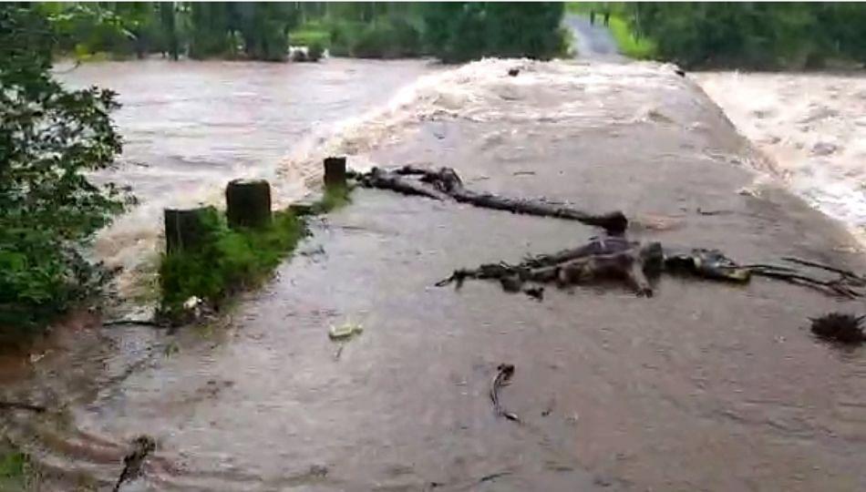 मुसळधार पावसामुळे चतुरबेट पूल पाण्याखाली; 15 गावांचा संपर्क तुटला