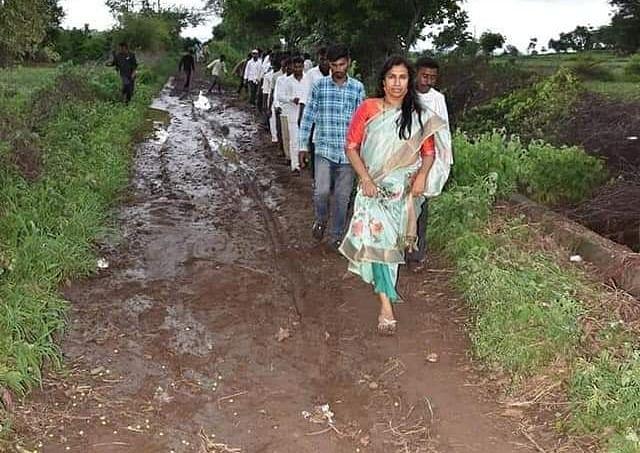 आमदार मेघना बोर्डीकरांनीही चिखल रस्त्यावर चालून पिंप्राळा ग्रामस्थांच्या घेतल्या व्यथा जाणून