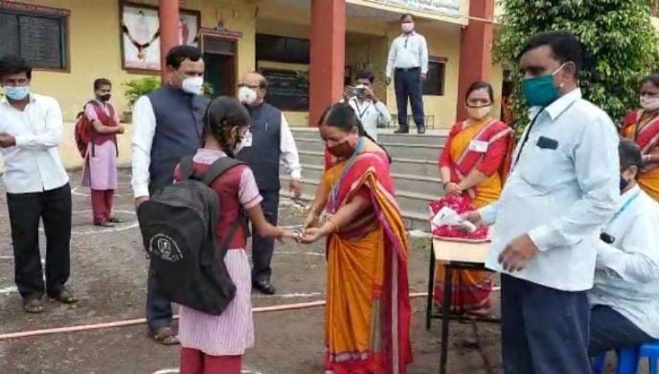 सोलापुर जिल्ह्यातील 335 गावांमध्ये आज वाजली शाळेची घंटा...