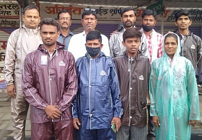 विधायक : नांदेडच्या सिडको परिसरातील वृत्तपत्र विक्रेत्यांना रेनकोटचे वाटप