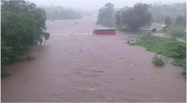 'या' एसटी चालकाची हिम्मत तर बघा ! पुलावरून पाणी जात असतान घातली बस