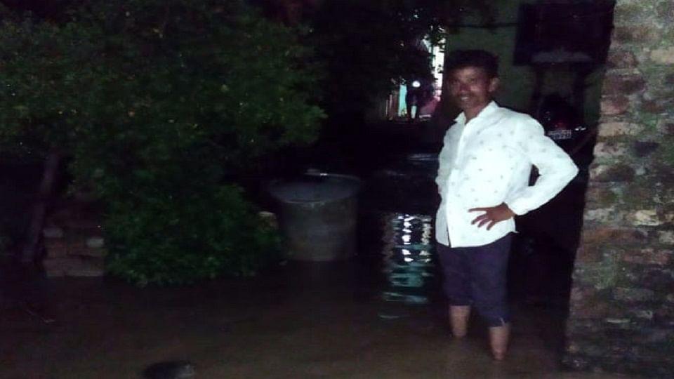 हिंगोली : किन्होळा गावात आसना नदीचे पाणी घरात शिरल्याने अनेकांचे संसार उघड्यावर