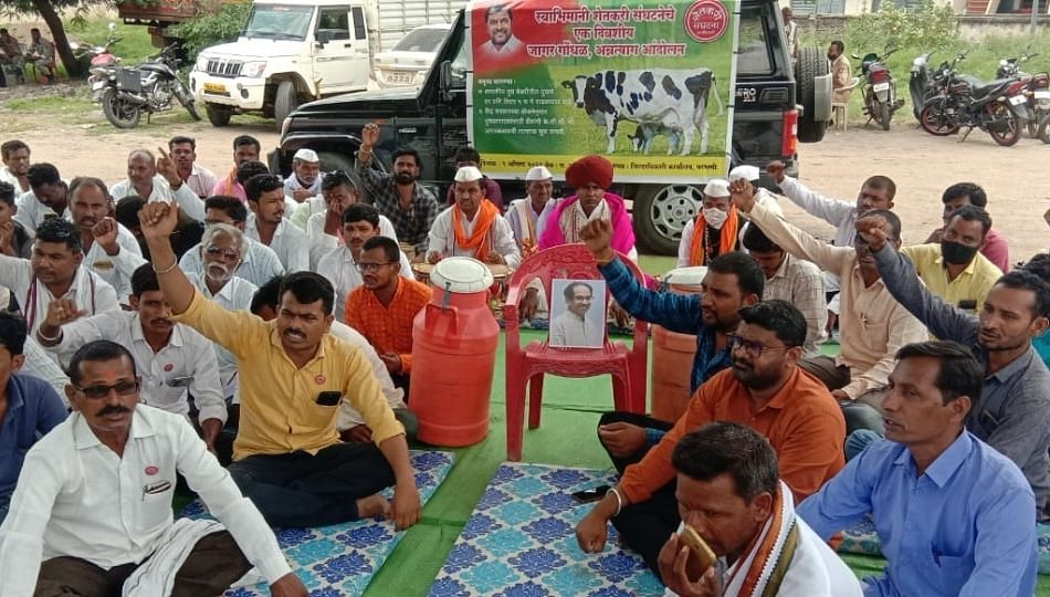 परभणीत स्वाभिमानी शेतकरी संघटनेचे गाई - वासरांसह अन्नत्याग आंदोलन