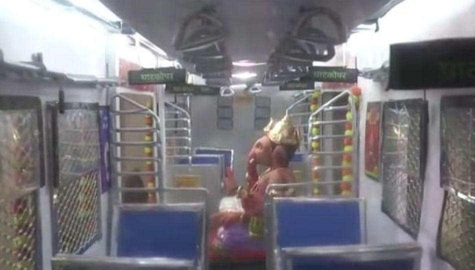 मुंबई लोकलमध्ये बाप्पा विराजमान...