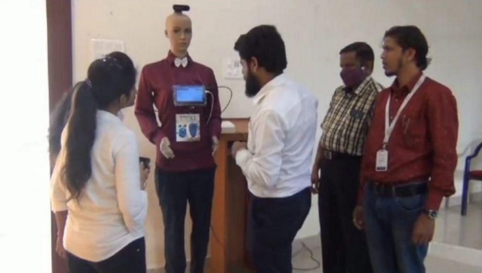 विद्यार्थ्यांनी बनवला कोरोना प्रतिबंधात्मक रोबोट