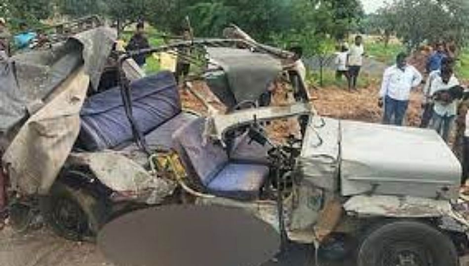 Accident; जीपची ट्रकला धडक, आठ जणांचा जागीच मृत्यू