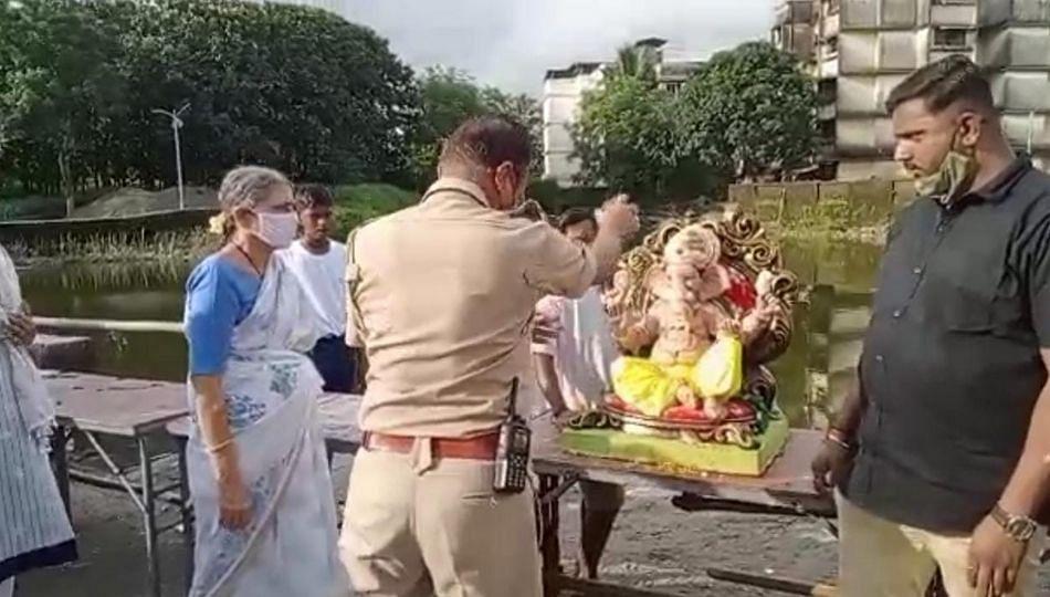 Ganpati Visarjan : पोलिसांनी केलं बाप्पांचं विसर्जन!