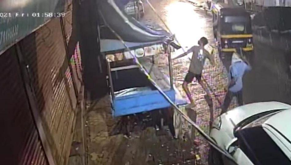 Ulhasnagar : दहा हजाराचा हप्ता दिला नाही म्हणून बियर आणि कोल्ड्रिंक्स च्या बाटल्या घरावर फेकल्या!