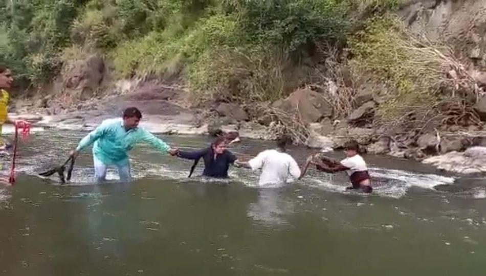 नदीच्या प्रवाहात पडलेल्या मुलासाठी तरुणी ठरली देवदूत; मुलगा सुखरुप