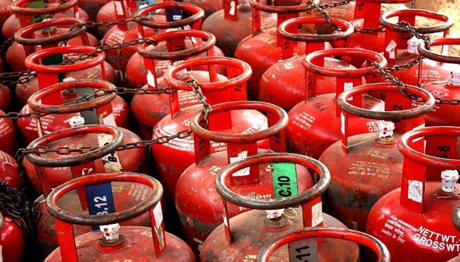 LPG सिलेंडरचा दर पुन्हा भडकला; 15 दिवसात 50 रुपयांनी वाढ
