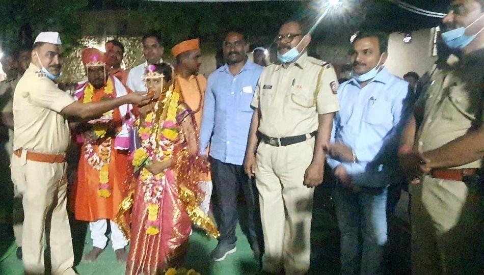 Solapur: प्रियकराचा लग्नास नकार; पोलिसांनी स्वखर्चाने लावलं 'आंतरजातीय लग्न'!