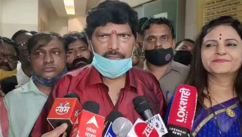 शरद पवारांनी काँग्रेसच्या पाठीत खंजीर खुपसला; गीतेंचा आरोप खोटा : आठवले