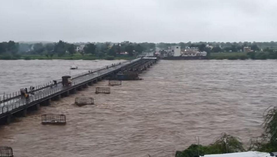 मन्याड धरणक्षेत्रात ढगफुटी सदृश्य पाऊस; महापुरात वाहिल्या संसारपयोगी वस्तू