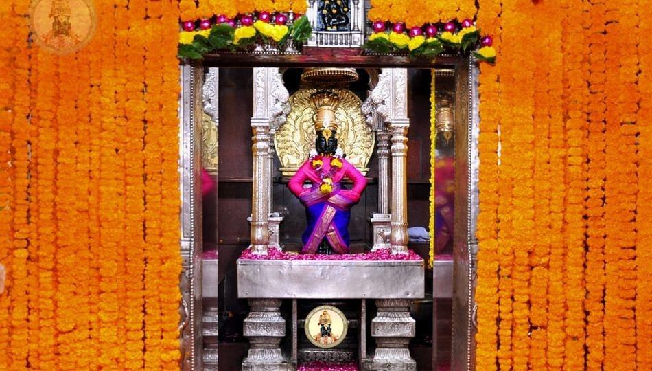 श्रावण समाप्तीच्या निमित्ताने विठ्ठल मंदिरात फळा- फुलांची सजावट