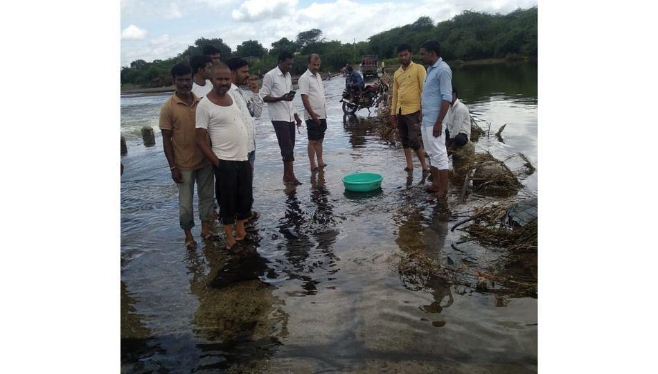 बोरी नदीत केमिकल मिश्रीत पाणी; आंघोळीला गेलेल्या नागरीकांच्या अंगाला लागले अन्