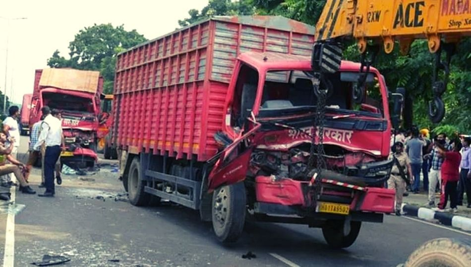 Breaking News : नोटांनी भरलेल्या RBI च्या ट्रकचा भीषण अपघात!