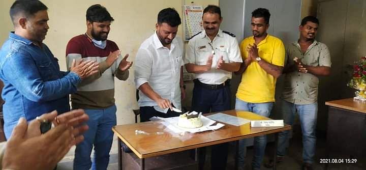 फेरीवाल्यांबरोबर केक कापणे लिपीकाला पडले महागात; पालिकेने केली थेट निलंबनाची कारवाई