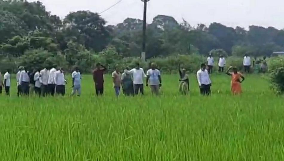 भूमिहीन होणाऱ्या शेतकऱ्यांचेआक्रोश आंदोलन...