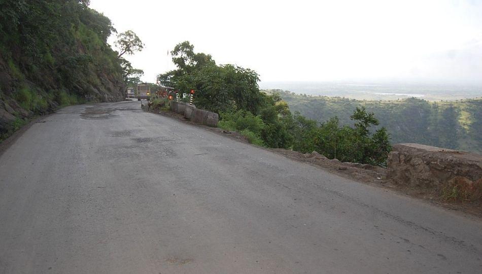 पंधरा दिवसानंतर कन्नड घाटातून वाहतूक सुरु; अवजड वाहनांना मात्र बंदीच