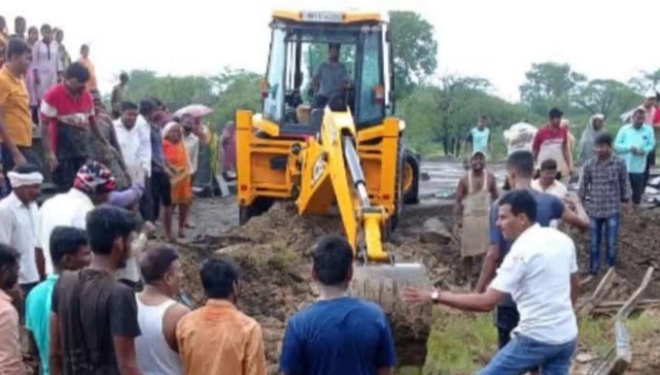 Satara : पावसामुळे मंदिराचे छत कोसळून एक ठार तर तीन जण गंभीर जखमी