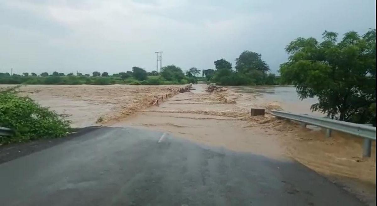 पूर्णा नदीला पूर आल्यामुळे 'या' दोन तालुक्यांचा संपर्क तुटला!