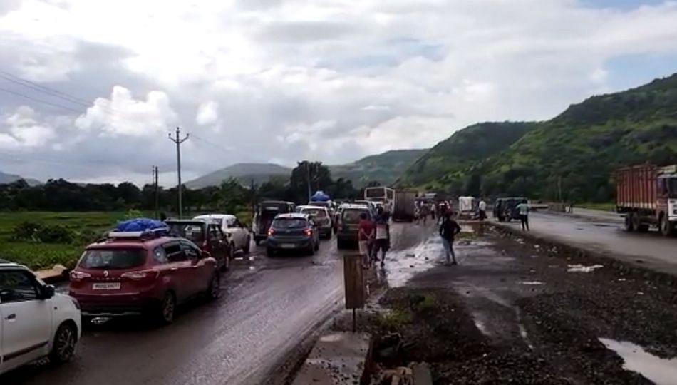 मुंबई गोवा महामार्गावर वाहतूक कोंडी; चार किलोमीटर पर्यंत रांगा
