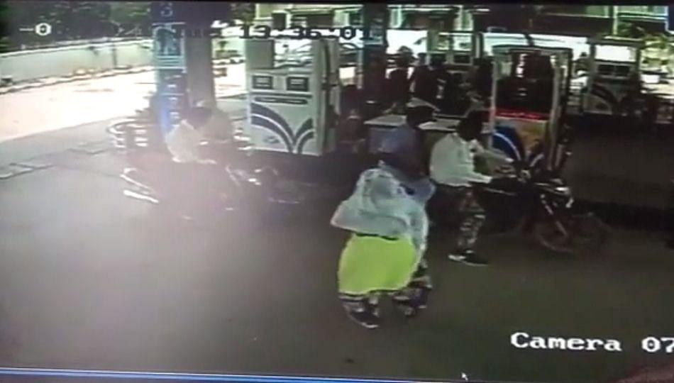 बाबो! महिला तलाठ्यानेचं चोरला मोबाईल!... (पहा व्हिडीओ)