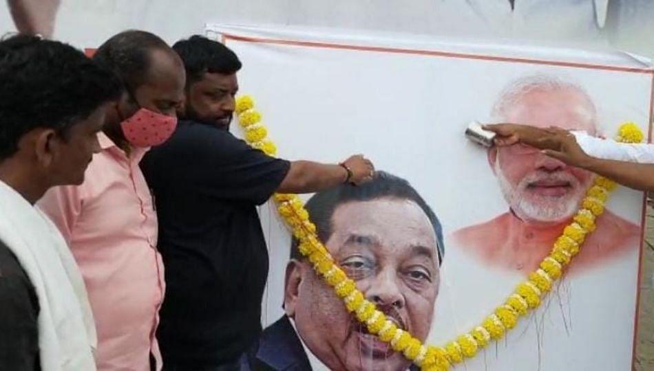Solapur : नारायण राणे आणि मोदींच्या प्रतिमेला दुधानं अभिषेक... (पहा व्हिडिओ)