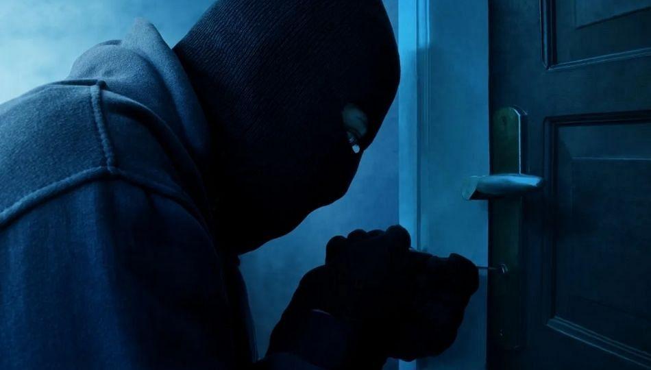 चोरी केल्यानंतर दांपत्यांची माफी मागत चोर म्हणाले, ६ महिन्यात पैसे परत करु