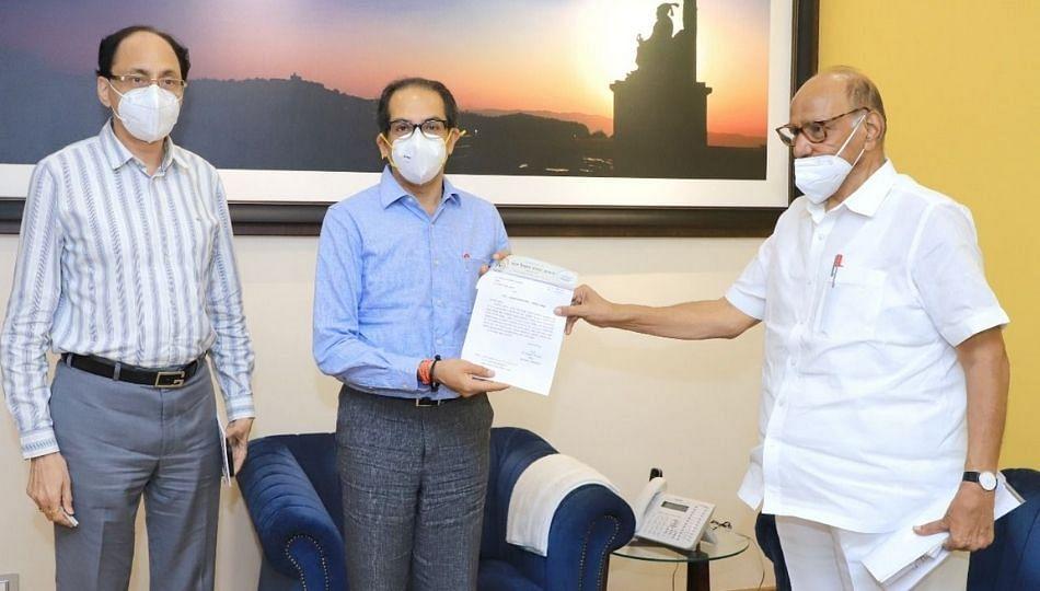 पवार -ठाकरे भेटीत 'रयत' चा २ काेटी ३६ लाखांचा निधी सुपुर्द
