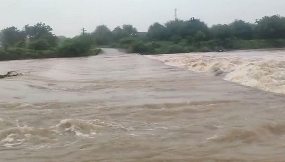 आगळगावच्या नदीला पूर आल्याने बार्शी तालुक्याचा संपर्क तुटला