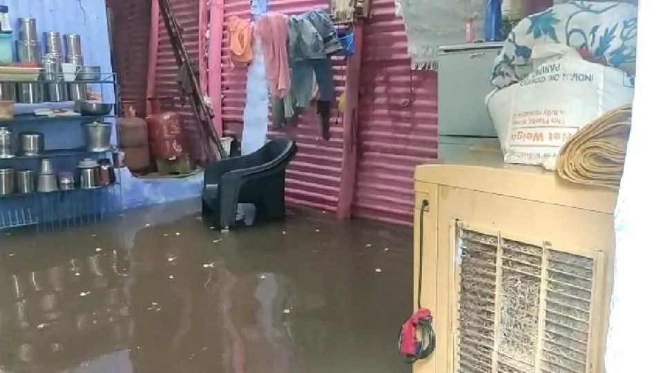 मुसळधार पावसाने धुळेही जलमय; घरांमध्ये साचले गुडघाभर पाणी