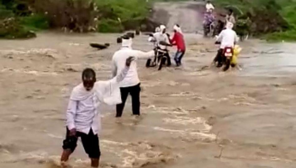 लेंडी नदीला पूर, पोळ्याच्या दिवशी तुटला ५ गावांचा संपर्क