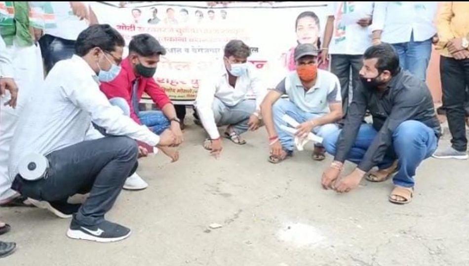 पंतप्रधान नरेंद्र मोदींच्या वाढदिवसानिमित्त काँग्रेसच 'गोट्या खेळो' आंदोलन