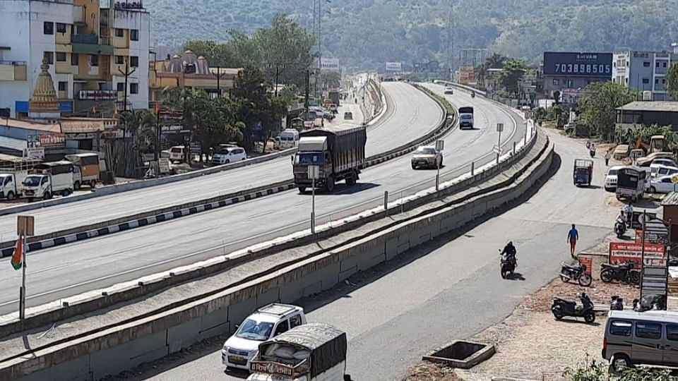 जुना मुंबई-पुणे महामार्ग बनतोय मृत्यूचा सापळा; अजीत पवारांनी घेतली दखल