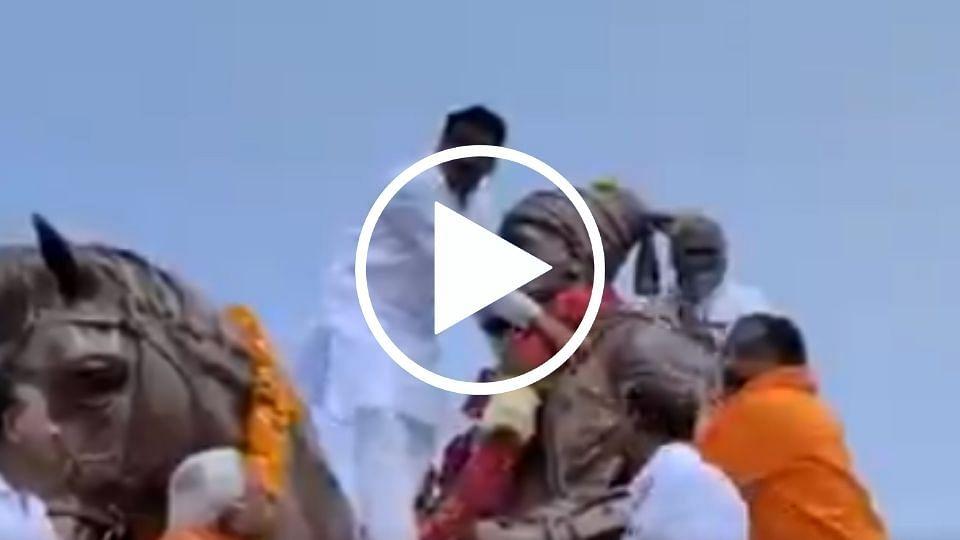 Hingoli | महाराजांच्या पुतळ्यावर चढून घातला हार... (पहा व्हिडिओ)
