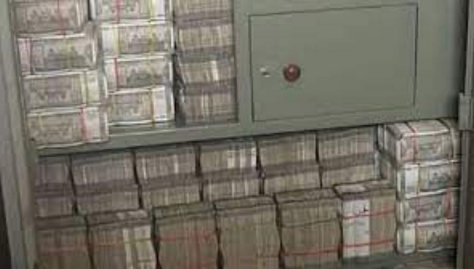 काय सांगता! कपाटात सापडले 550 कोटी रुपये ,आयकर विभागाचा छापा...