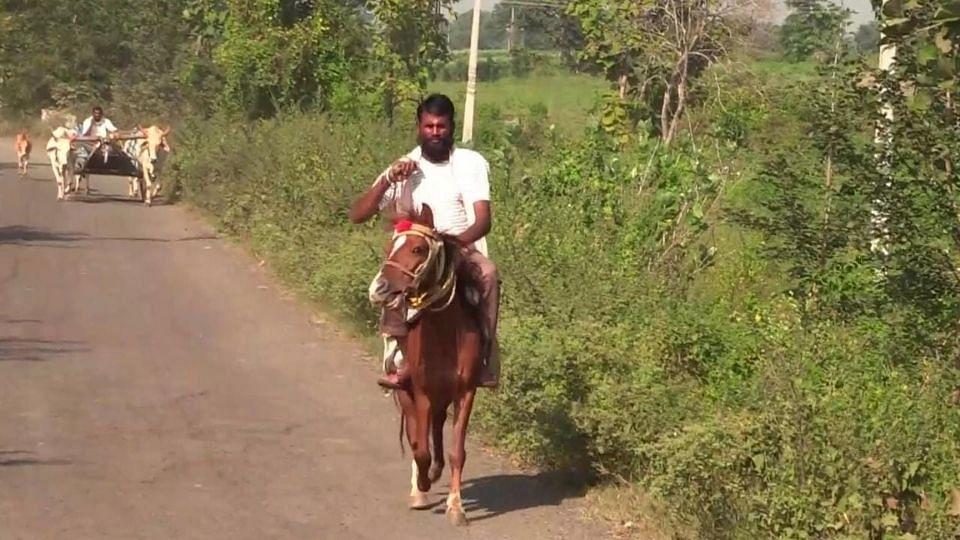 वाढत्या इंधनदराने त्रस्त, तरुणाची घोड्यावरुन स्वारी