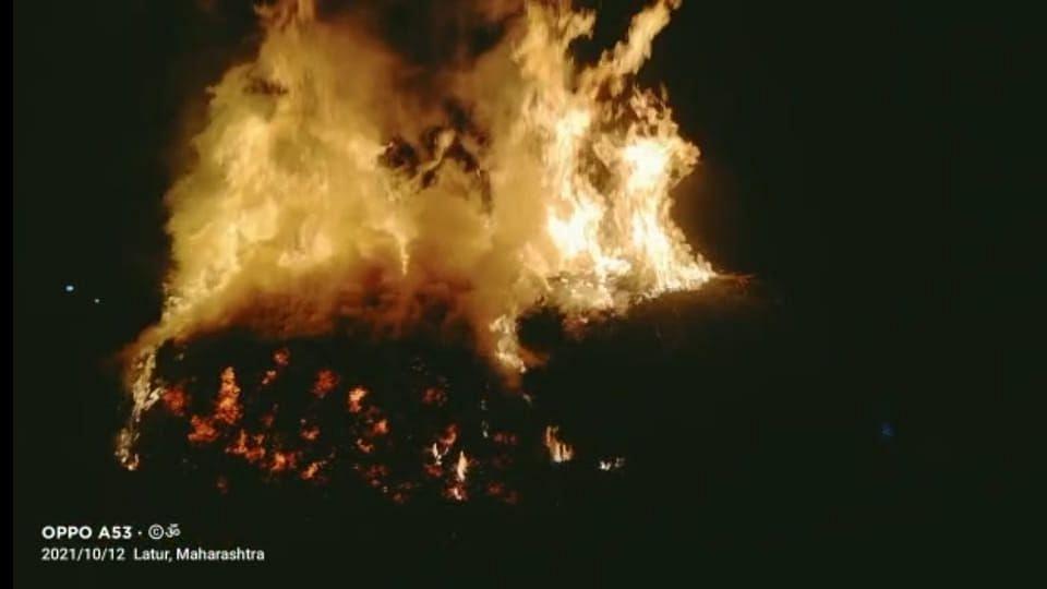 Latur: किनीथोट शिवारात शेतातील सोयाबीन अज्ञातांनी जाळले