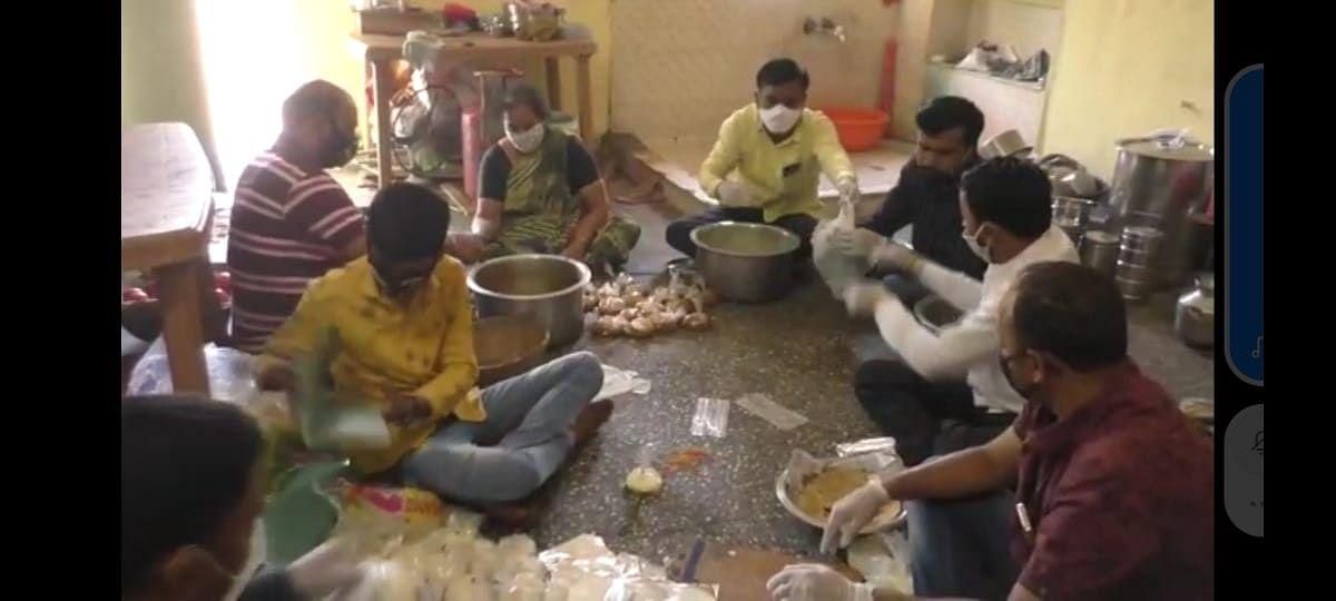 कोरोना रुग्णाच्या नातेवाईकांना मोफत जेवण : पाच तरुणांचा कौतुकास्पद उपक्रम