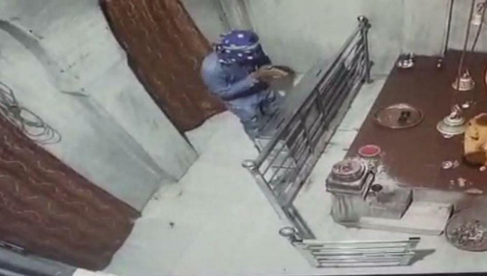 चंडिका माता मंदिरात चोरी; देवीची क्षमा मागत चोर झाला पसार !