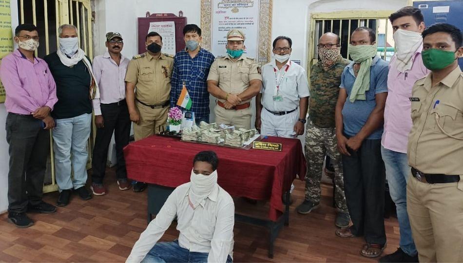 अवैध रोख रक्कम घेऊन जाणाऱ्या प्रवाशाला गोंदिया रेल्वे पोलिसांनी केली अटक