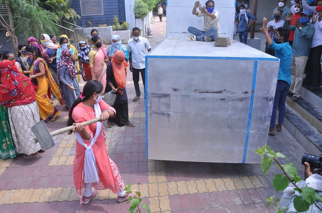 हिंदू स्मशानभूमीतील गॅस दाहिनीची नागरिकांकडून तोडफोड