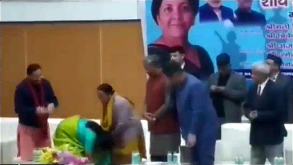 संरक्षणमंत्री निर्मला सीतारामन यांनी हुतात्मा झालेल्या जवानाच्यावीरमातेचे पाय धरूनघेतले दर्शन