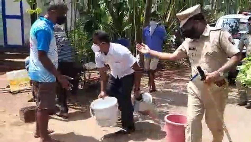 गावकऱ्याने अडवला बादल्या टाकून वडेट्टीवारांचा ताफा (व्हिडिओ)