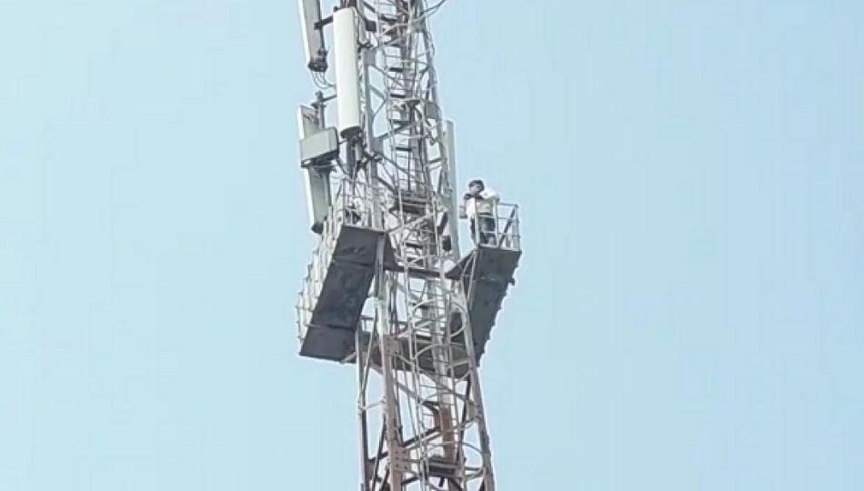 रस्त्यासाठी युवकाने मोबाईल टॉवर वर चढत केले अजब आंदोलन
