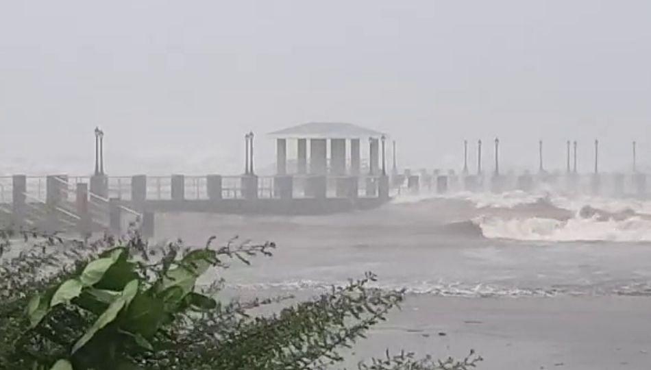 कोकण आणि गोवाच्या किनारपट्टीवर 'तौत्के'चा धुमाकूळ..(पहा व्हिडिओ)