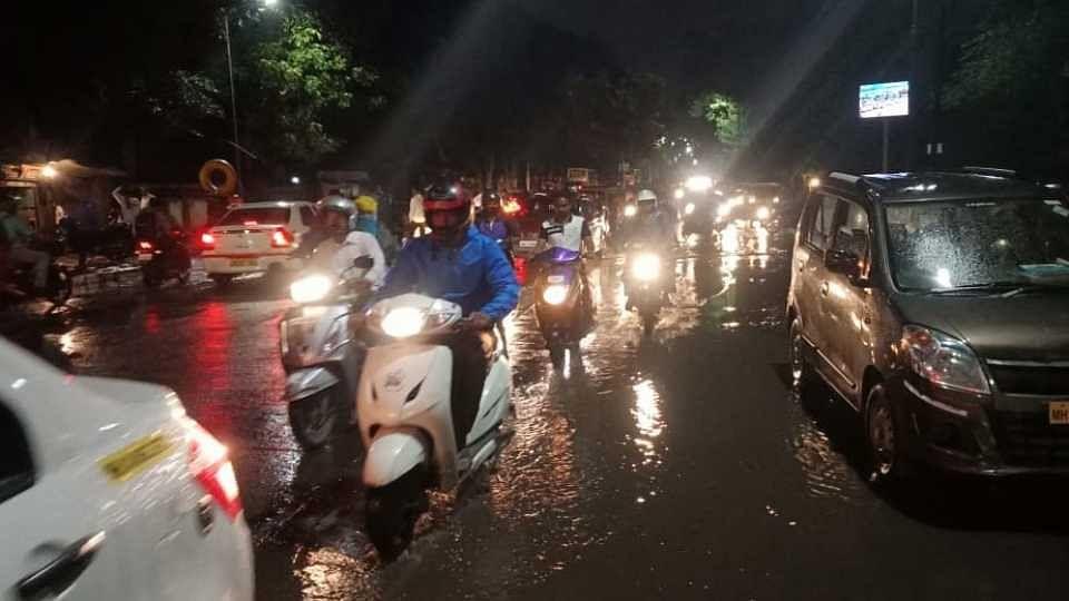 पंधरा मिनिटांच्या पावसामुळे व्हीआयपी रस्ता गेला पाण्यात!